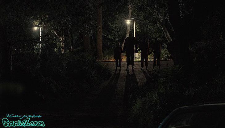 در فیلم ما یک گروه عجیب جلوی در خانه شان سبز می شوند...