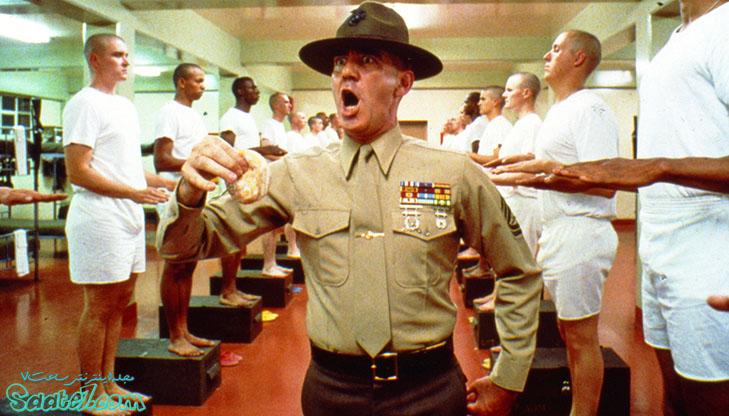 """گروهبانِ توپخانه """"هارتمن""""افسری منظم و بسیار سخت گیر است."""