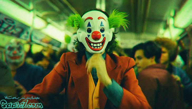 در واگن مترو مردم همگی ماسک دلقک دارند، چون Thomas Wayne پدر Batman که می خواهد شهردار شود، به طبقه فرودست جامعه اَنگ دلقک بودن می چسباند.