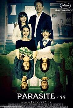 """خانواده ی چهار نفره ی کیم مدت هاست که بیکار شده اند ، به همین دلیل پدر """"کی تاک"""" (Kang-ho Song) به همراه همسرش چونگ سوک (Hyae Jin Chang) و فرزندانش کی وو (Woo-sik Choi) و کی جونگ (So-dam Park) در شرایطی بسیار سخت و زیر زمینی در یک زیرزمین نمور تحت شرایط حقارت آمیزی زندگی می کنند."""