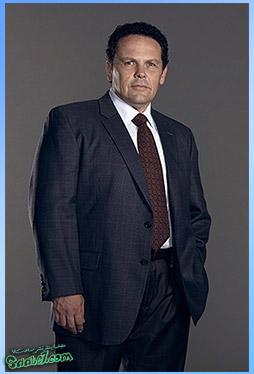 جان ریس با بازی Jim Caviezel نقش یک نیروی نظامی تعلیم دیده و توانا و به نوعی هیتمنی قهار است که به توسط هارولد جهت رسیدگی به شمارههای نامرتبط استخدام میشود. لیونل فاسکو با بازی Kevin Chapman